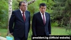 Президент Кыргызстана и Таджикистана Сооронбай Жээнбеков и Эмомали Рахмон. Чолпон-Ата, 27 июля 2019 года.