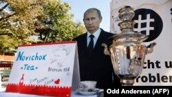 Изображение российского президента Владимира Путина и самовар с «чаем« Новичок» во время акции протеста у посольства России в Германии. Берлин, 23 сентября 2020 года
