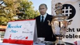 """Самовар с """"чаем Новичок"""" напротив российского посольства в Германии, Берлин, сентябрь 2020 г."""