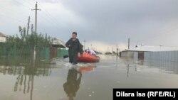Тасқын су алған Өргебас ауылында жүрген адамдар. Түркістан облысы, Мақтарал ауданы, 3 мамыр 2020 жыл.