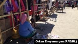 Местная жительница продает обувь на базаре. Казалинск, 31 августа 2013 года.