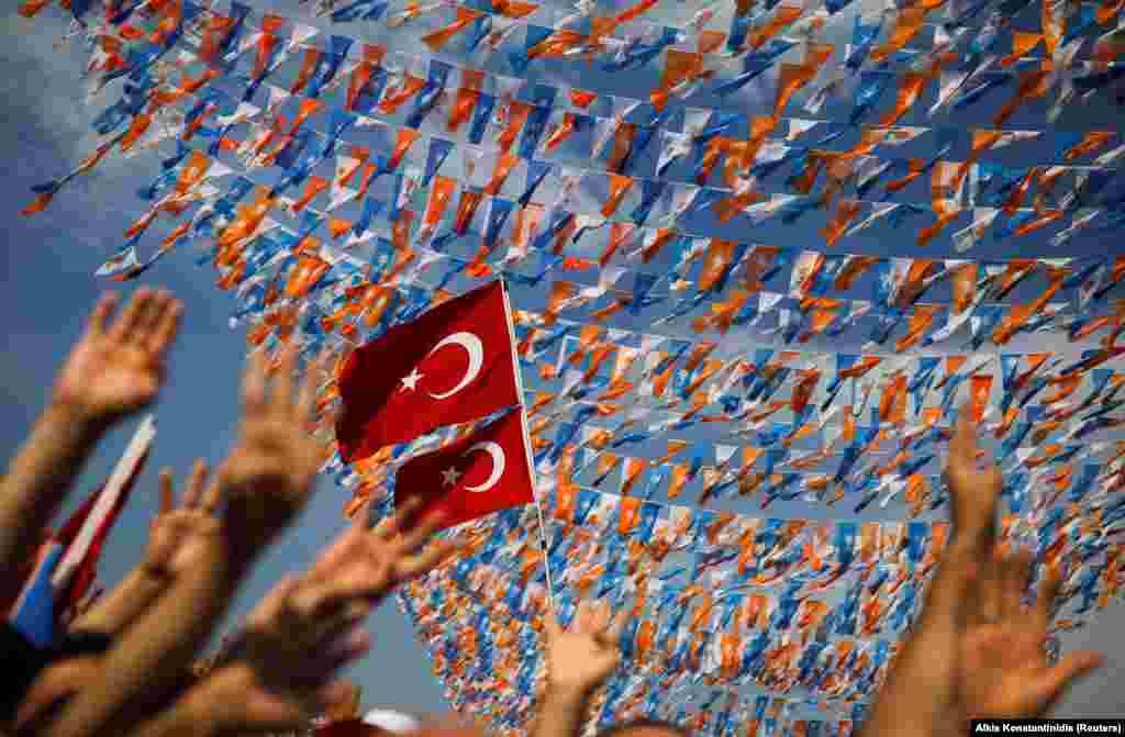 Disa mbështetës të presidentit turk, Recep Tayyip Erdogan gjatë një marshi zgjedhor në Stamboll më 22 qershor.