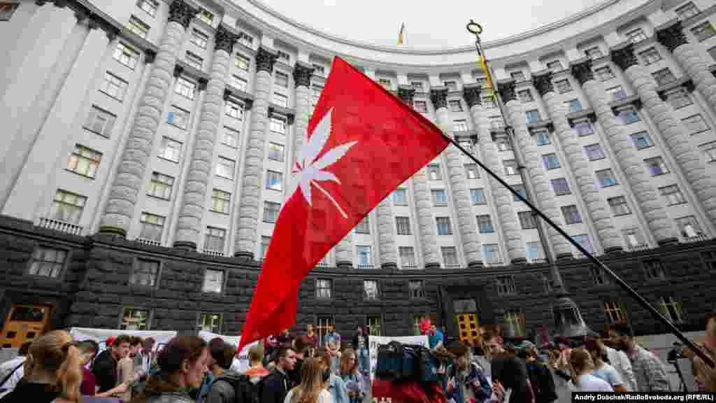 В акции возле здания правительства приняло участие около 150 активистов.
