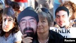 Протестувальники тримають маски загиблих у демонстраціях, кінець червня 2013 року
