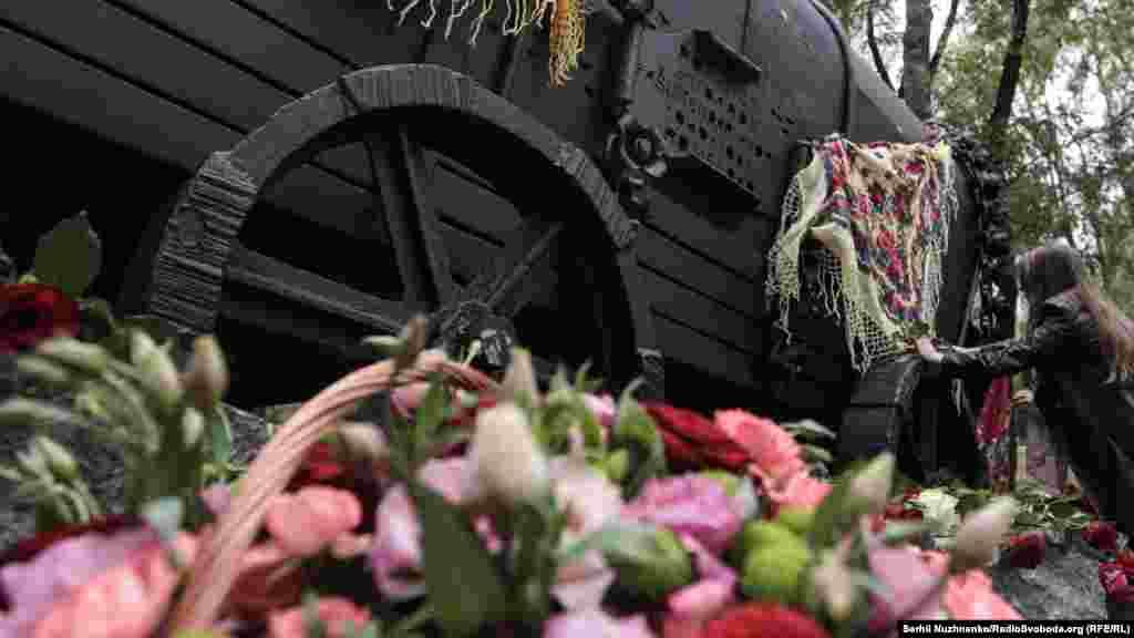 Учасниця акції пам'яті пов'язує циганську хустку, як символ пам'яті про безневинних жертв