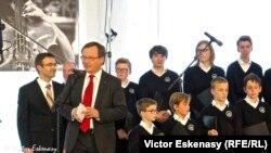 Raimund Trenkler și membri ai Corului Limburger Domsingknaben