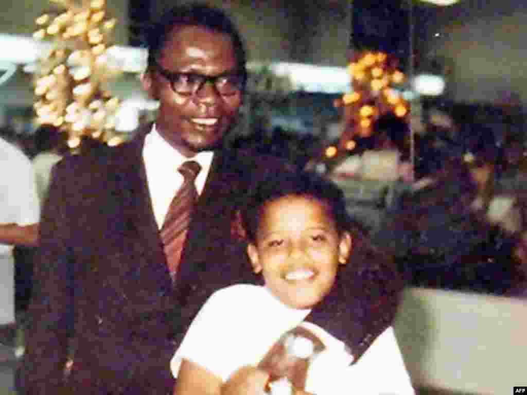 Sa ocem... - Barack Obama sa svojim istoimenim ocem na Hawaiima, 1972-e godine.