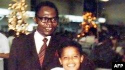 باراک اوباما همراه پدرش، هاوایی، سال ۱۹۷۲