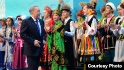 Президент Нұрсұлтан Назарбаев (ортада) Қазақстан халқы ассамблеясына 20 жыл толуына арналған мерекелік шарада. Ақмола облысы, 16 наурыз 2015 жыл.