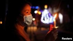 یک زن در خانهاش در شهر هو بانگ، در شمال ویتنام، مراسم عید پاک برگزار میکند