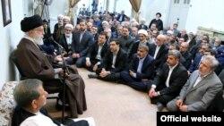 آقای خامنهای در دیدار با تعدادی از مسئولان حکومتی، گفت: «آن وارداتی باید متوقف شود که کارخانه داخلی و تولید را تعطیل میکند».