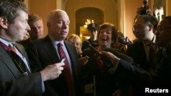 Senator Susan Collins (Sağda gülən qadın) Senator John McCain-lə (ortada) Vaşinqtonda tərəflərin əldə etdikləri razılıq haqqında məlumat verirlər. 16 oktyabr 2013.