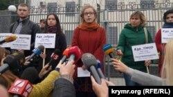 Під час акції біля посольства Росії в Києві, 27 вересня 2016 року