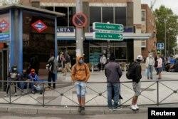 Жители Мадрида носят маски даже на улице