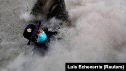 Policajac beži od nove lave iz vulkana u Gvatemali