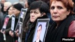 Մարտի 1-ին զոհվածների հարազատները ընդդիմության հանրահավաքի ժամանակ, արխիվային լուսանկար