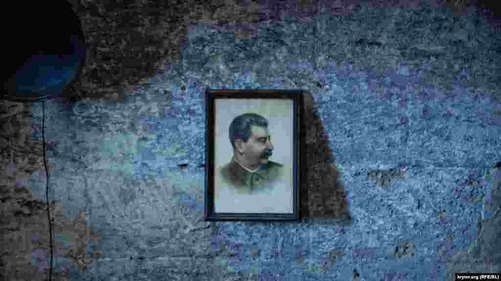 Портрет Йосипа Сталіна в одному із залів музею