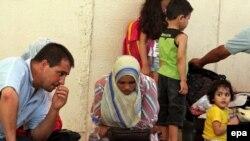 Спасаясь от репрессий исламистов, многие жители сектора - большей частью люди, так или иначе связанные с движением ФАТХ Махмуда Аббаса - стараются покинуть ставшую опасной Газу