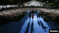 Так выглядела ночь после выборов 4 ноября 2008 года. Избранный президент США Барак Обама и с женой и двумя дочерьми