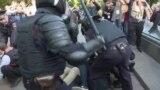 Задержания на московских бульварах: дубинки и крики от боли