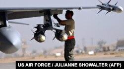 نظامی آمریکایی در پایگاه بلد در کنار جنگنده اف ۱۶ - عکس از آرشیو