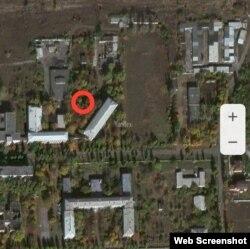 Червоним позначене місце, де Басурін з бойовиками підібрав осколки і де гасінням займалися пожежники. А приміщення школи ви можете бачити нижче літерою П
