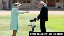 Лізавета IIпасьвячае сэра Тома ўрыцары.17ліпеня 2020