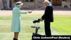 Елизавета II посвящает сэра Тома в рыцари. 17 июля 2020 года