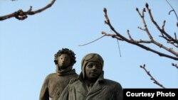 Fransada Antoine de Saint-Exupery və Balaca Şahzadə heykəli