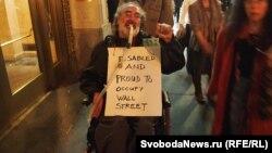 """Надпись на груди участника акции в Нью-Йорке: """"Я инвалид о горжусь захватом Уолл-стрит"""""""