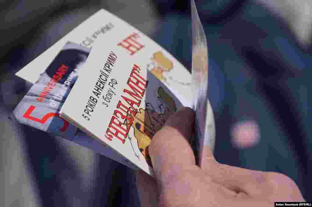 Организаторы акции раздавали прохожим информационные материалы