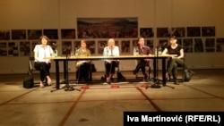 Učesnici tribine sleva nadesno: Izabela Kisić, Mirjana Miočinović, Sonja Biserko, Milivoj Bešlin, Sandra Orlović