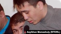 Шетпе оқиғасы бойынша сот залында сөз алып тұрған айыпталушы. Ақтау, 17 сәуір 2012 жыл.