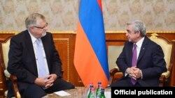 Президент Армении Серж Саргсян (справа) принимает специального представителя ЕС по вопросам Южного Кавказа и кризиса в Грузии Герберта Зальбера, Ереван, 21 октября 2016 г.
