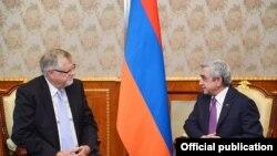 Президент Армении Серж Саргсян (справа) и специальный представитель ЕС по Южному Кавказу и кризису в Грузии Герберт Залбер (архив)