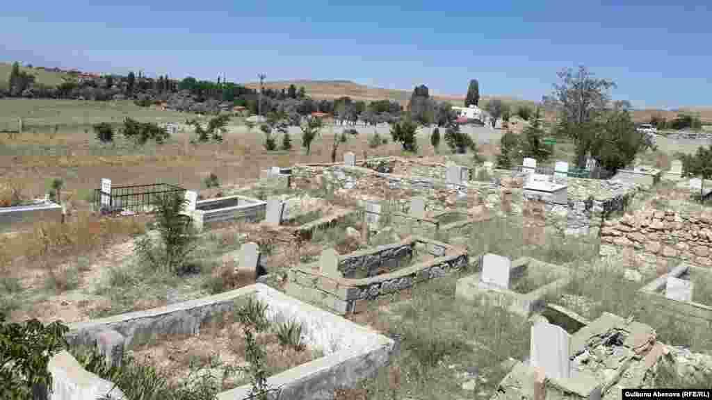 Кладбище казахов Алтая тоже сильно отличается от казахстанских кладбищ. Тут нет двухэтажных мазаров и дорогих мраморных плит и ограждений. Могилы, которым более 50 лет, и современные друг от друга сильно не отличаются, разве что материалом надгробных камней. На небольшом кусочке земли стоит камень, на котором начертано имя усопшего.
