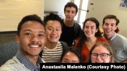 Анастасія Маленко (праворуч знизу) із друзями з гуртожитку