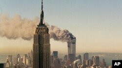 "Nýu-Ýorkdaky ""Empire State"" binasynyň arkasyndaky Bütindünýä söwda merkezine terror hüjümi amala aşyrylýar. 11-nji sentýabr, 2011. Nýu-Ýork, ABŞ."