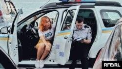Поліція бере пояснення у знімальної групи програми «Схеми» про перешкоджання їхній журналістській діяльності