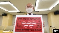 Токио Олимпиадасини бекор қилиш шиорини кўтарган фаол.