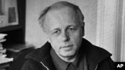 Сахаров в своей квартире в 1970-е годы. Оставив военные исследования, он продолжал интересоваться чистой наукой, особенно гравитацией и космологией. Он говорил, что будет рад, если ему удастся внести вклад в эти важные отрасли науки. Работы Сахарова в области астрофизики многие упускают из виду. Ему приписывают ряд новаторских теорий, он получил одну из высших неофициальных наград физика-теоретика, когда в его честь было названо судно в популярном научно-фантастическом сериале «Звездный путь: Следующее поколение».