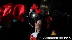 Архивска фотографија - Поддржувачи на Самоопределување ја прославуваат победата на парламентарните избори во Косово (14 февруари, 2021)