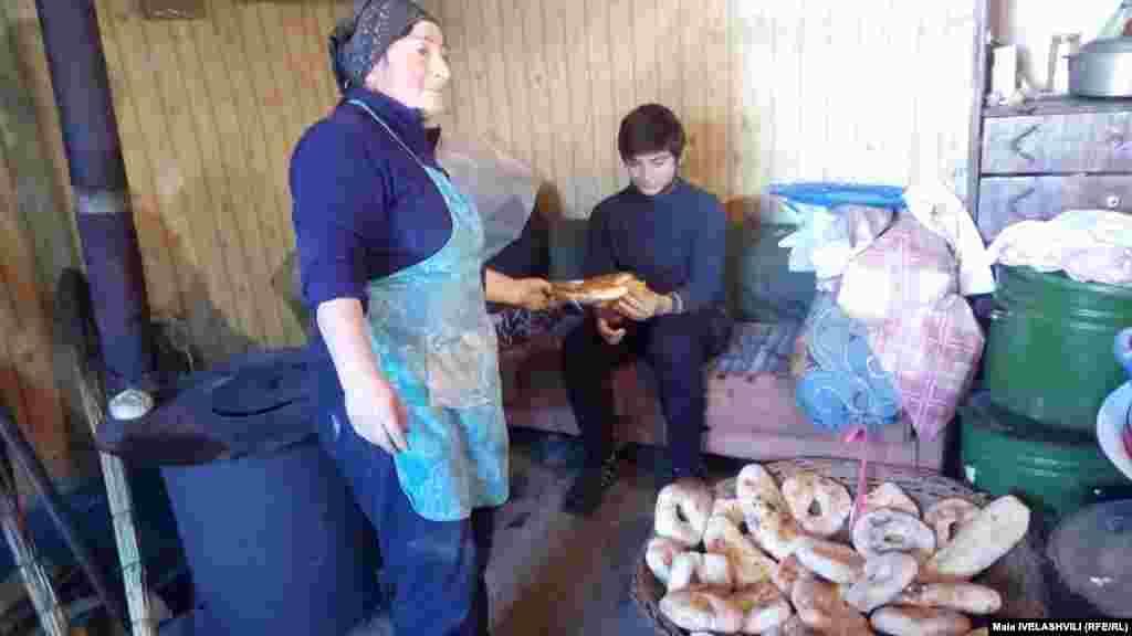 ბებნაძეების ოჯახში, მესხური ტრადიციით, საახალწლო ფურნე აინთო და მესხური შოთი, სომინი, ბასილა და ჩიტის პურები გამოცხვა. ცაცა ბებნაძე, ბექა ბებნაძე. ვალე.