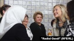 Лаҳзаи дидори Зарафо Раҳмонӣ бо Ҳилларӣ Клинтон дар Душанбе