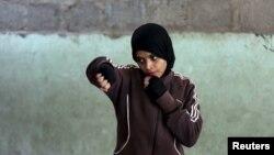 Девушка, тренирующаяся в первом в Пакистане боксерском центре для женщин, Карачи. Иллюстративное фото.