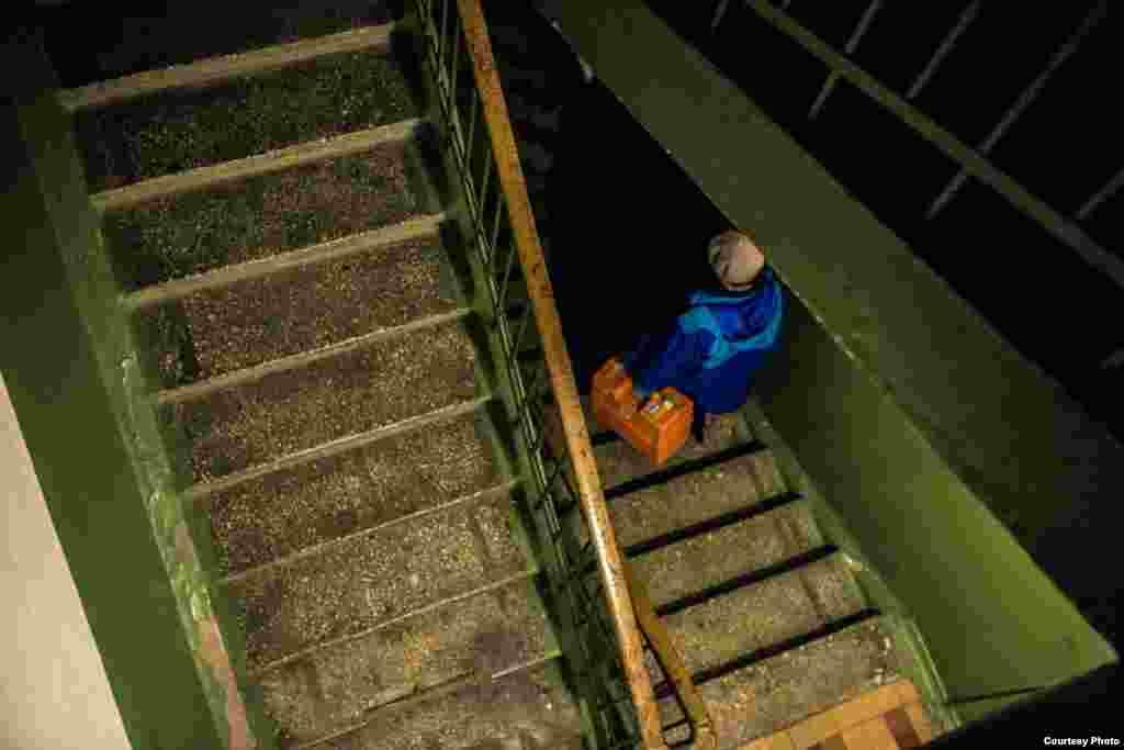 Уфаның Орджоникидзе районында күп йортлар лифтсыз. Еленага авыр букчаларны күтәреп югары катларга менәргә туры килә.