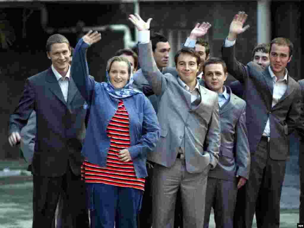 Iran/U.K. - Freed British soldiers wave to press at the presidential place, Tehran, 04Apr2007 - 4 квітня, 2007, Тегеран: британські солдати, яких захопила іранська влада і тримала заручниками майже два тижні, махають руками журналістам після звільнення.