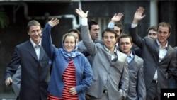 خبر آزادی نظامیان بریتانیایی بازداشت شده توسط سپاه پاسداران جمهوری اسلامی روز چهارشنبه و در جریان نشست خبری رییس جمهوری ایران اعلام شد.