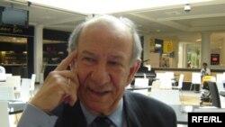 الشاعر والكاتب والمترجم العراقي الدكتور صلاح نيازي في أحد مقاهي لندن، 25 تموز 2009
