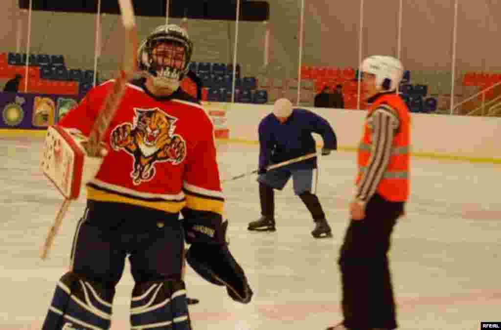 22-февралда хоккей боюнча Бишкек шаарынын чемпионаты аяктады. - Первый открытый чемпионат по хоккею в Бишкеке.